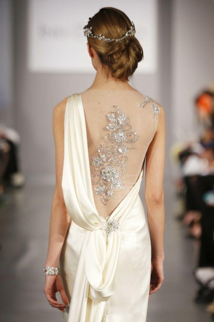 robe de mariée dos semi-nu couvert de tulle transparent et décoré de fleurs strass