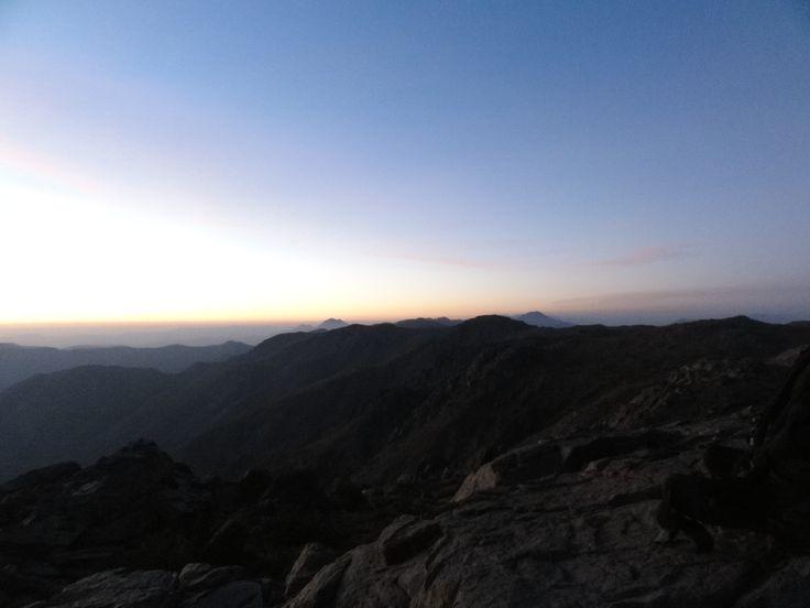 Vista de la serranía cordillerana hacia el norte en un hermoso atardecer