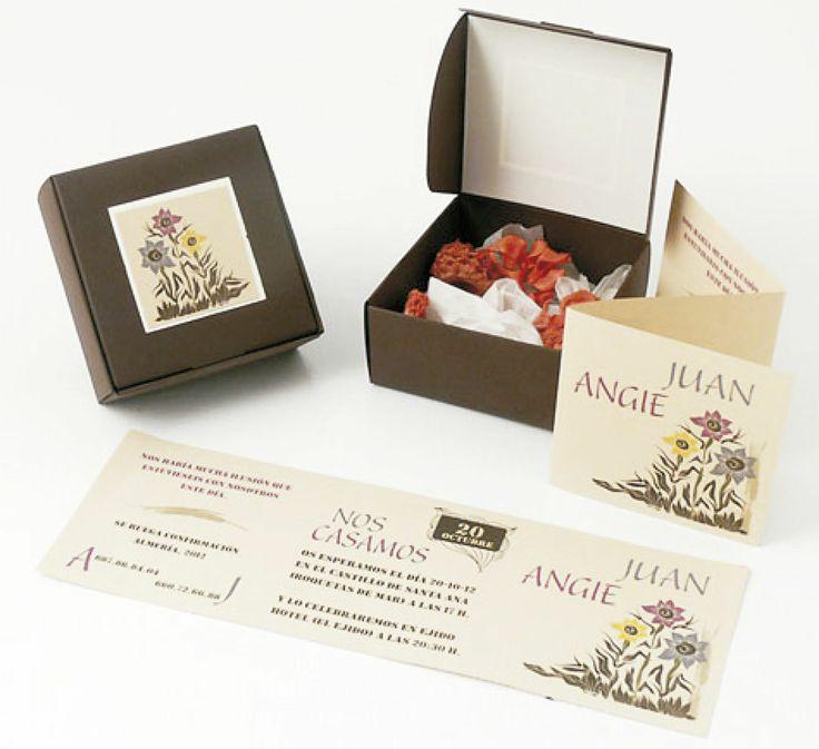 CAJA DE CHOCOLATE (Invitación personalizable)  Incluye: 1 Caja con medidas 10x10 cm, 1 Invitación plegada y 2 Chocolates en forma de corazón (Recordatorio)