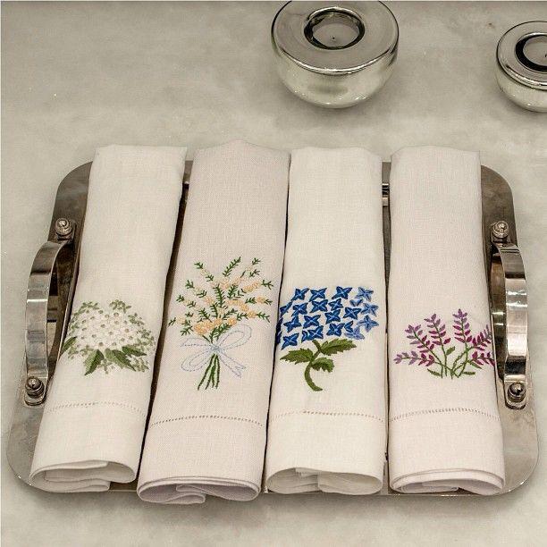 .@roupeira | Toalhas de lavabo em linho bordado a mão. São uma graça! #lavabo #linho #bor... | Webstagram - the best Instagram viewer