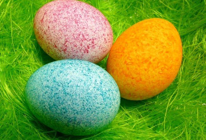 Műanyag poharakba rizst tesz és különböző színű ételfestéket. A poharakat lefedi, összerázza az ételfestékes rizst, beleteszi a tojásokat és úgy is összerázza. Pillanatok alatt valami olyan csodálatosat alkot, amit még biztosan nem láttál! :) Nézzétek meg hogyan készíthetitek el Ti is! :)