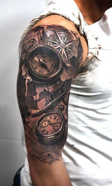 tatuajes de relojes y brujulas en el hombro