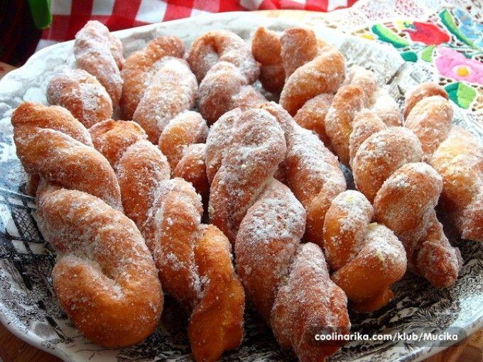 Smažené copánky obalené v skořicovém cukru