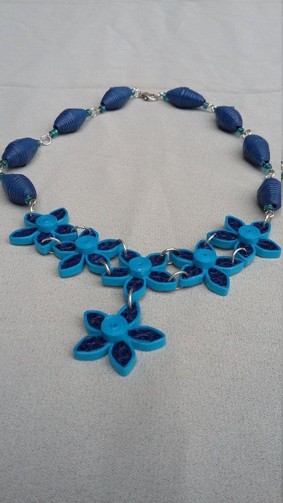 Marine blauw en turquoise, Quilling ketting filigraan papier ketting, filigraan papier bloem, boho ketting. Gemaakt van papier 3 mm breedte papier strips met filigraan technieken, papieren kralen en Rocailles. De bloemen zijn gemaakt met de technieken van de Bijenkorf. De ketting bestaat uit 8 warmgewalste marineblauw karton en het belangrijkste stuk van 6 filigraan bloemen, 5 in lijn en 1 druppel. Elke bloem heeft 5 bloemblaadjes en 2 bloemen zijn verbonden met 2 ringen voor betere…