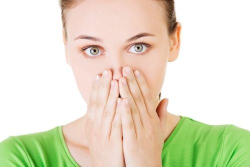 Nausées, 4 remèdes de grand-mère. Une personne qui souffre de nausées a la perception très vive et désagréable d'une envie de vomir, en raison de la contraction des muscles abdominaux et du diaphragme, symptôme d'un rejet du contenu gastrique. Essentiellement causées par des causes digestives, elles nécessitent une consultation médicale en cas de durée prolongée. Voici cependant quelques remèdes efficaces contre ces désagréments :