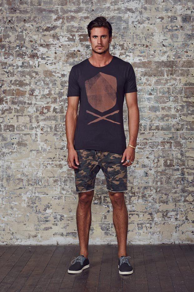 Look de verão com camiseta estampada e bermuda camuflada.                                                                                                                                                                                 Mais