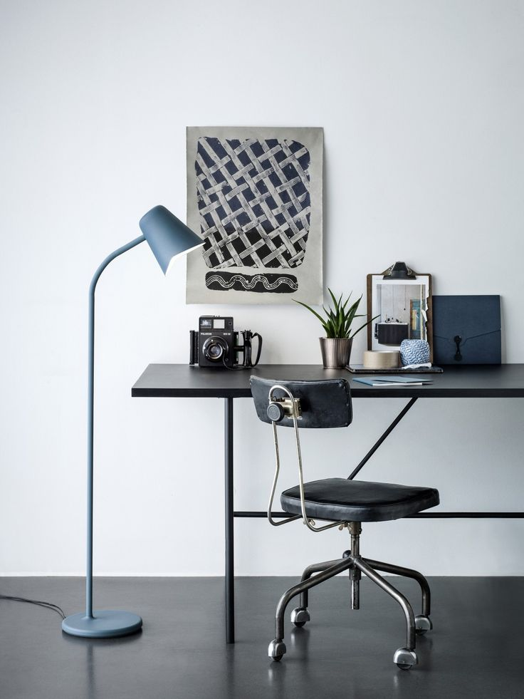 Me_petrol_blue_desk – Low_res_Photo – Chris Tonnesen