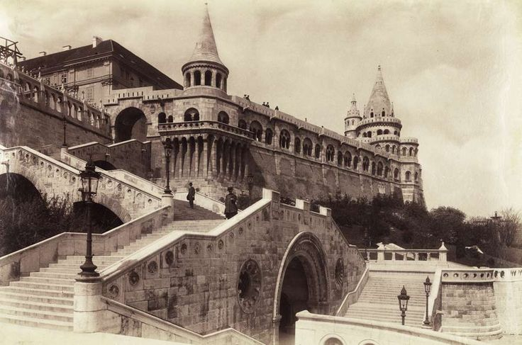 Schulek lépcső, balra fent az egykori Jezsuita Akadémia, ma a Hilton szálló van a helyén. A felvétel 1902 után készült. A kép forrását kérjük így adja meg: Fortepan / Budapest Főváros Levéltára. Levéltári jelzet: HU.BFL.XV.19.d.1.08.122