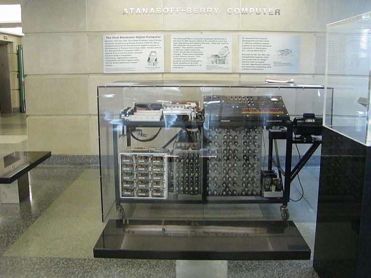 La ABC (Atanasoff-Berry Computer) pesava 320 Kg, aveva 1,6 km di cavie e 280 valvole termoioniche, e assomigliava ad una grossa scrivania. La memoria della ABC era composta da 1600 condensatori montati in dei tamburi che ruotavano una volta al secondo. La macchina era in grado di fare 30 addizioni/sottrazioni al secondo.  Il clock era a 60 Hertz.