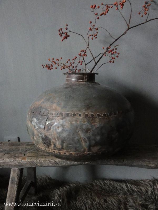 Oude waterpot grijs metaal www.huizevizzini.nl