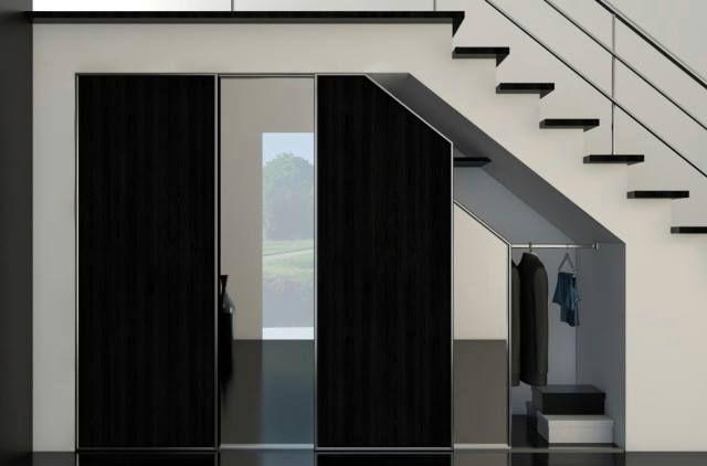 Przestronna szafa zawsze się przyda.  Jeśli masz dużo wierzchnich ubrań, warto zaaranżować przestrzeń pod schodami na dużą garderobę. Drzwi szafy najlepiej przesuwne wykorzystać na lustra. Dzięki temu zyskasz dodatkowe miejsce na ubrania bez zagracania holu wielkogabarytowymi meblami. Zapraszamy do naszych salonów we Wrocławiu.