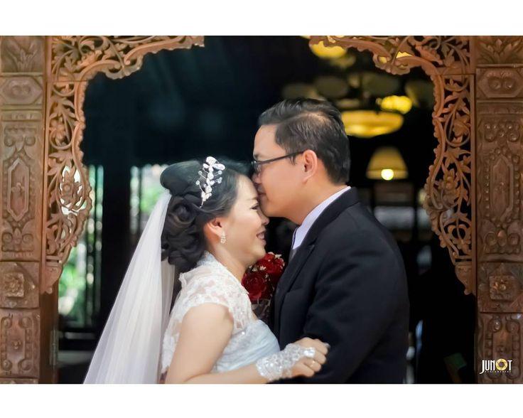 Aku mencintaimu karena seluruh alam semesta bekerja sama untuk membantuku menemukanmu. Paulo Cuelho,The Alcemist. . . . . . . . #weddingphotography #weddingphotographer #weddingphoto#weddingday#weddingmoments #weddingceremony #weddingstyle#weddingfashion #bridalfashion#weddinginspirations #weddingdetails#weddingideas #weddingrings#weddingplanning#loveauthentic #destinationweddingphotographer#bridalphotographer #couplesphotography #engagementphotos…