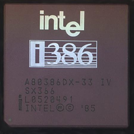 L'i386 (ou 80386) d'Intel fait son apparition en 1986. Premier processeur à implémenter l'architecture IA-32, il apporte un certain nombre d'avancées technologiques.Son architecture 32 bits permet d'adresser jusqu'à 4 Go de mémoire de façon continue, son unité de pagination facilite l'utilisation de mémoire virtuelle et son mode 8086-virtuel permet des programmes en mode réel avec un système d'exploitation en mode protégé. C'est très certainement ce processeur CISC et surtout son…