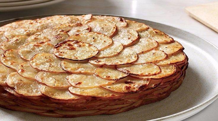 Salvați rețeta, nu veți regreta! Noi foarte des gătim tot felul de mâncăruri din cartofi. De această dată bucurați-vă familia cu cartofi fini, suculenți și aromați. Este o rețetă care nu necesită mult timp iar rezultatul este uimitor! Ingrediente: -1 kg cartofi; -câteva cepe; -60 g unt; -400 ml lapte; -condimente după gust. Mod de preparare: 1.Tăiați ceapa semilune. 2.Tăiați cartofii felii rotunde subțiri, sărați și piperați după gust. 3.Topiți untul pe bain-marie. 4.Fierbeți laptele. 5.În…