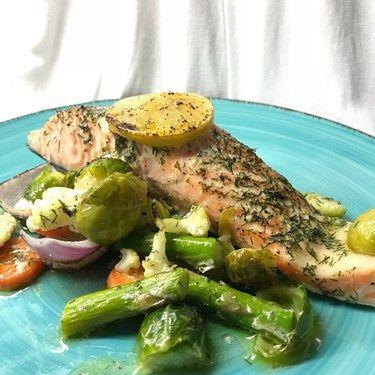 Jag fullkomligt älskar lax! Det är så enkelt att tillaga och det blir alltid succé. Oftast så gör jag lax i ugn med massa goda grönsaker, dill och citron. Recept: Ta grönsaker (sparris, morot, brysselkål, blomkål och rödlök) fisk bitar, dill, citron och smör. S+P och bakade/bakad i ugn 180* i 35 minuter.