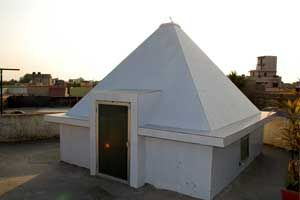 Osho Pyramid Meditation Center  year of construction : 2010 size : 9ft x 9ft (roof top) | capacity : 12 persons type of structure : RCC technical support : Kishore, +91 99115 93304 open for public use contact : Nathalal Thanki mobile : +91 94273 78664 address : Osho Jubeli, Porbandar http://pyramidseverywhere.org/pyramids-directory/pyramids-in-north-india/pyramids-in-gujarat #Pyramid #Pyramids