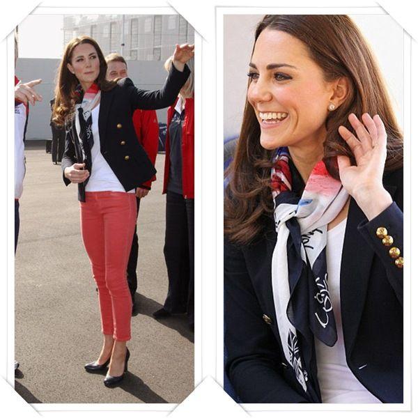 Kate tMiddleton con pantalones coral.