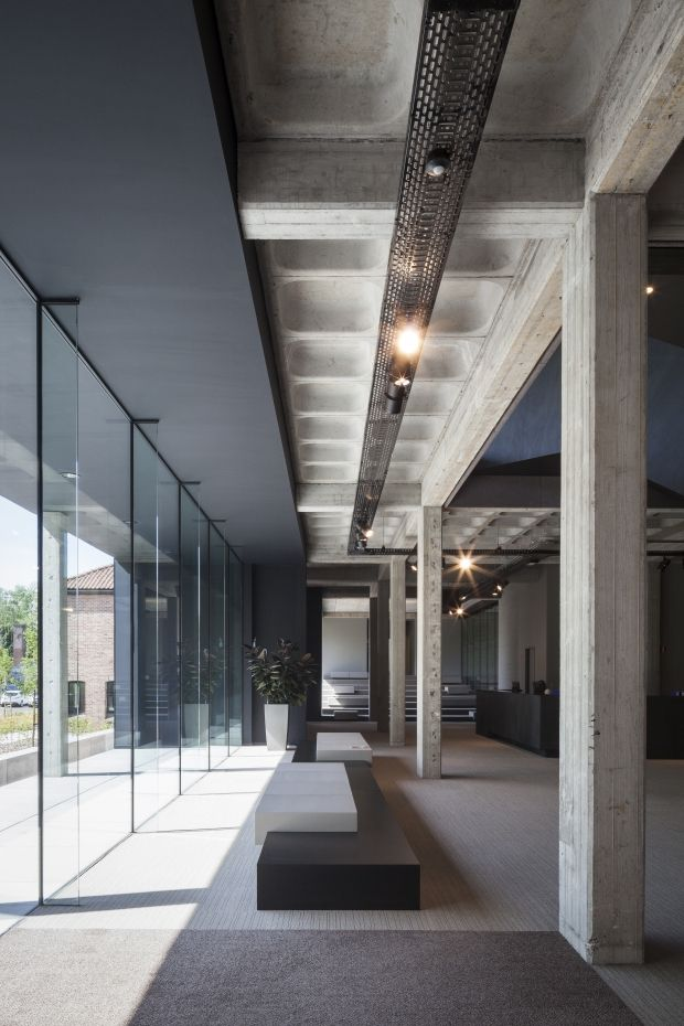 Ago | Steven Vandenborre oudnieuw interieur zwart beton cassetteplafond plafond zitbank glas inkom doorgang kantoor