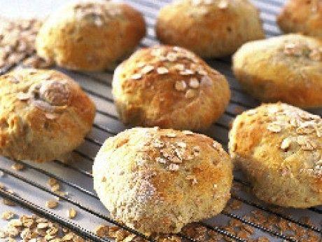 Recept på dinkelbröd. Dinkelvete är ett extra näringsrikt ursprungsvete. Dinkel ger brödet en extra god och fyllig smak. Inger har skickat oss ett recept på ett lättbakat bröd. Mängden vetemjöl kan variera något beroende på vilken sorts flingor som används och hur länge de har dragit i degvätskan.