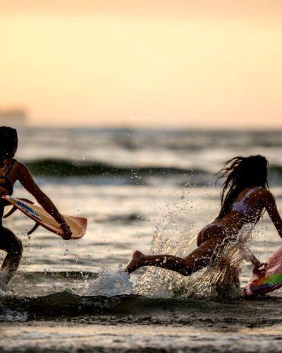 Kjenner du noen som vil lære seg å surfe? La to stykker få muligheten til å få et privat surfekurs sammen med en instruktør. Årets bursdagsgave!