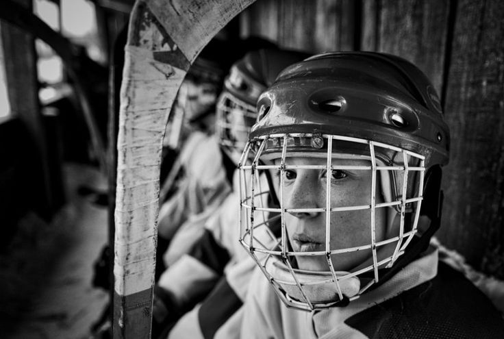 Vladimir Pesnya, Russia, 2015, Sputnik, Vetluga's Hockey    Zdjęcie hokeisty pochodzi z serii nagrodzonej 1. Nagrodą w kategorii Sports - seria zdjęć. Zawodnik grał w meczu pomiędzy drużynami juniorów z Wietługi i wsi Szaranga w Rosji, 19 luty 2015