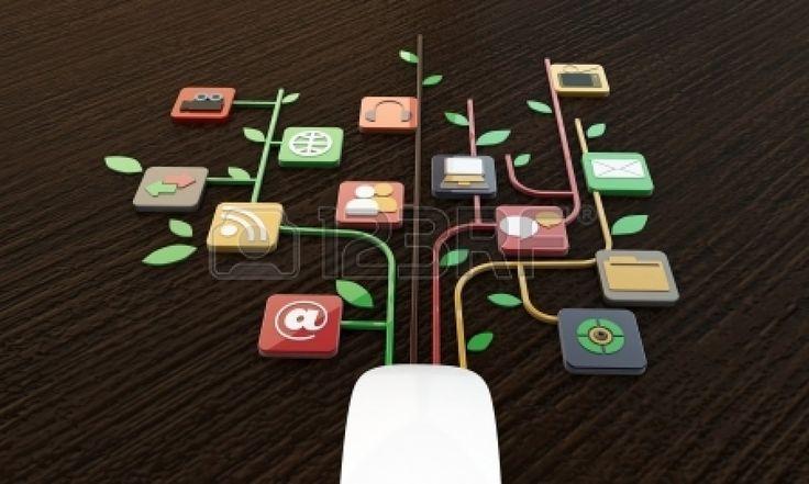 computermuis aansluitingen op houten tafel