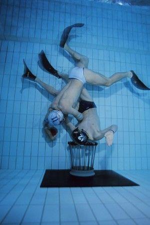 Rugby subaquatique : http://www.france3.fr/emissions/midi-en-france/chroniques/en-gironde-le-rugby-se-joue-aussi-sous-l-eau-blaye_484353
