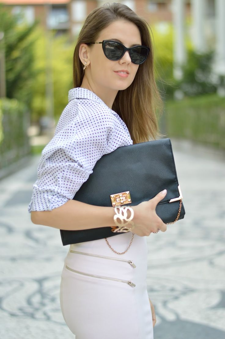 CAMICIA A POIS E GONNA ROSA: SIMPLE CHIC OUTFIT #ootd #pochette #polkadots #outfit www.ellysa.it