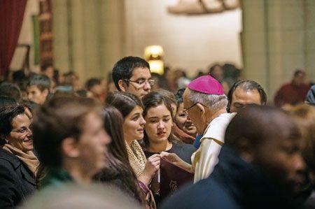 Carlos Osoro impulsa grupos de trabajo plurales para esbozar el programa de evangelización Osoro, en una vigilia con jóvenes en la catedral de la Almudena JOSÉ LORENZO | Un año después de su toma de posesión como arzobispo de Madrid (25 de octubre de 2014), Carlos Osoro se ha pateado ya buena parte de la archidiócesis, reuniéndose con todos aquellos que se lo han solicitado (que han sido muchos) y también con quienes no, pues no rehuye el contacto con la gente. Con la más sencilla…