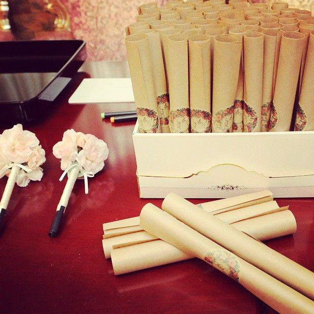受付♡ 芳名帳はゲストカードにしてたんだけど、なんと!忘れた人なし!! * フラワーペンが使われる事はありませんでした〜! * #みんな優秀 #くるくる席次表 #手作り結婚式#ayusawedding #結婚式の思い出にひたる会