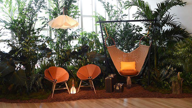"""Louis Vuitton'dan """"seyyah"""" mobilyalar Fransız moda evi Louis Vuitton, 2012 yılından bu yana """"Objets Nomades"""" adını verdiği taşınabilir mobilyalar tasarlıyor. Koleksiyonun Türkçesi """"Göçebe nesneler""""; yani her biri çantaları ve bavulları gibi seyyah.   #Dekorasyon #LouisVuitton"""