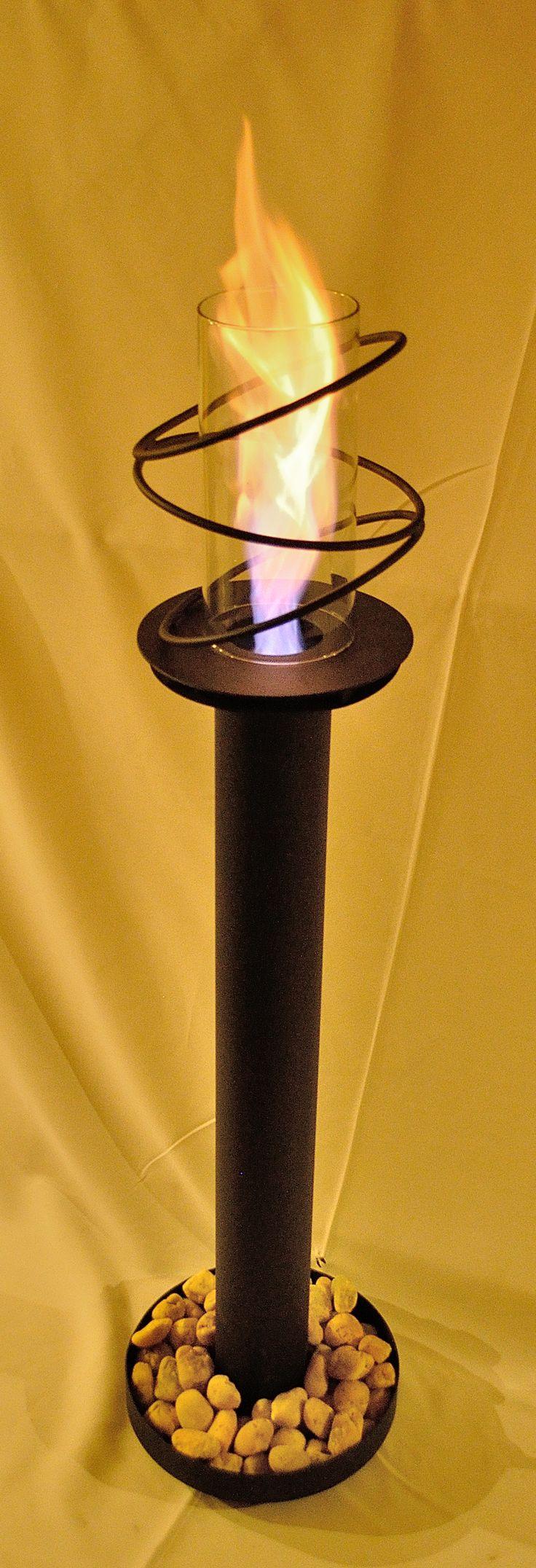 Chimenea pedestal en hierro, llama con efecto de remolino y protegida por vidrio. athosmuebles.com