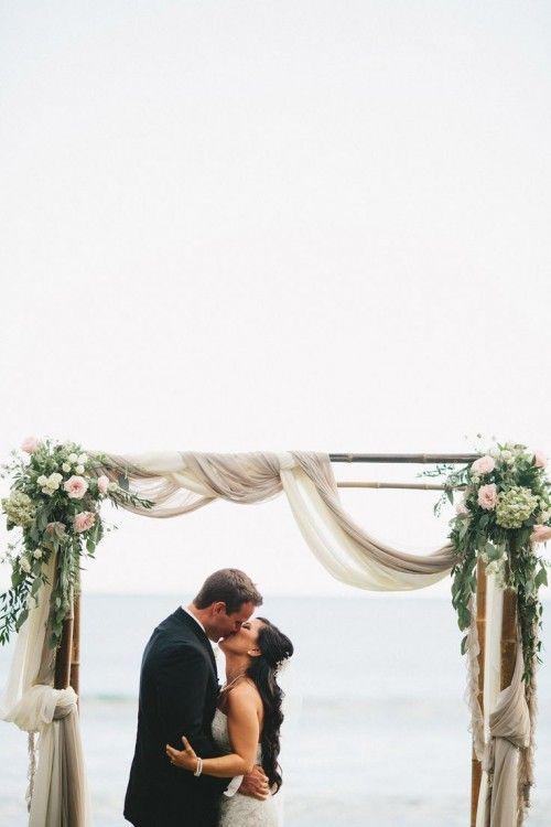 Un zoom d'une arche de mariage au bord de la mer