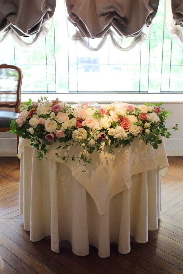 レストランひらまつ様での会場装花。メインテーブルにはシックなアンティークピンクのバラやクリーム色のバラをたっぷり使ってボリューミーに。 wedding,centerpieces,rose,pink,chic,antique