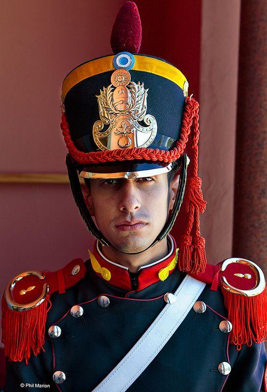 Un integrante del Cuerpo de Granaderos a caballo de San Martín, que son los encargados de la guardia de la Casa Rosada, asiento del Poder Ejecutivo, ciudad de Buenos Aires.