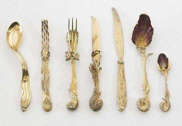 Набор столовых приборов, созданных по эскизам Сальвадора Дали.