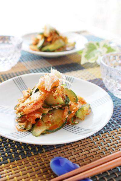 簡単に出来るおつまみです!きゅうりとみょうがを切って、白菜キムチと和えるだけ!