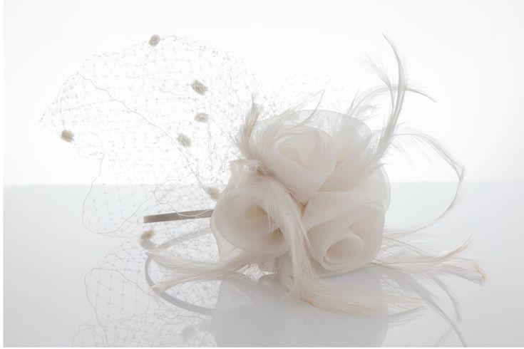 <p>Veletta sposa in tulle plumetis con fiori in organza e piccole piume.</p><p>Colore bianco sposa.</p><p>Montata su cerchietto bianco.</p><p>Prodotto artigianale, realizzato nella nostra sartoria di Lainate utilizzando stoffe e filati 100% made in Italy.</p>