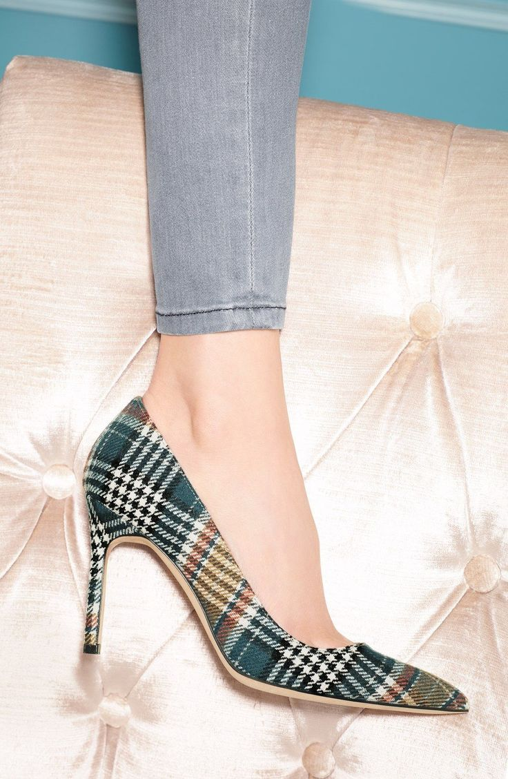 Yes, to these plaid Manolo Blahnik pointy toe pumps! #manoloblahnikheelsfallwinter #manoloblahnikpumps