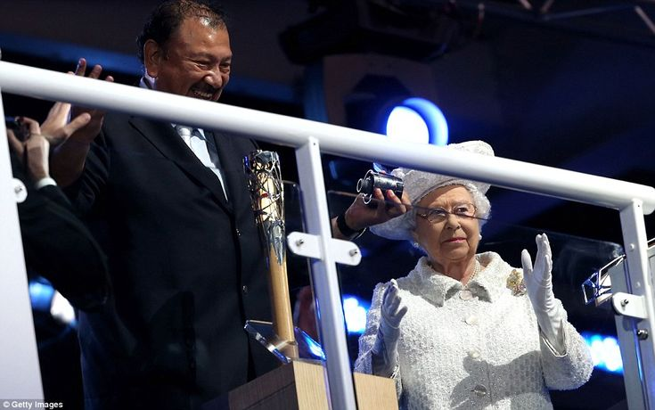 The Queen clapped as Prince Imran finally managed to get the top of the baton off to reveal the written speech