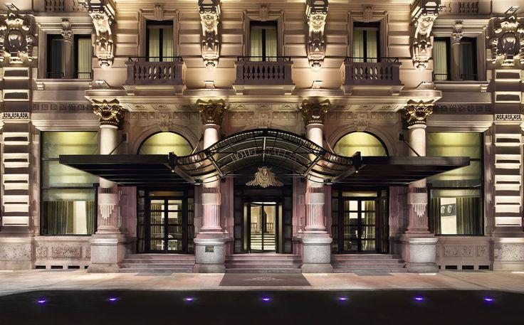 Hotel Gallia torna a splendere con l'impianto elettrico della serie Idea di Vimar. Entrata da Piazza Duca D'Aosta Milano.