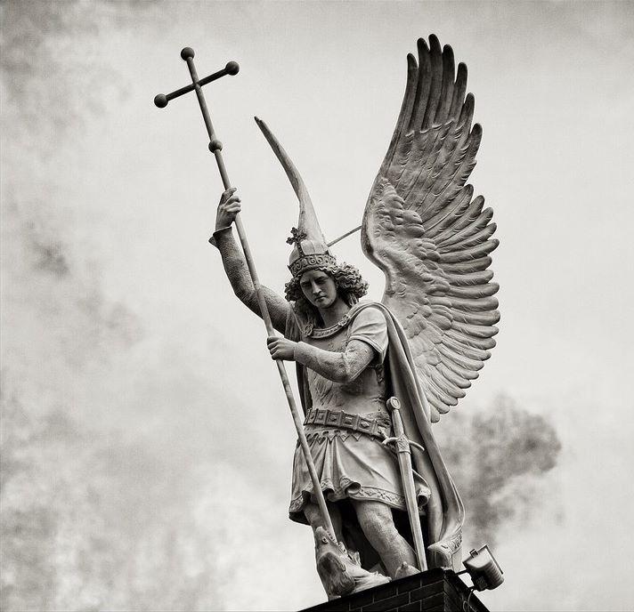 тут ангел с мечом статуя картинки только