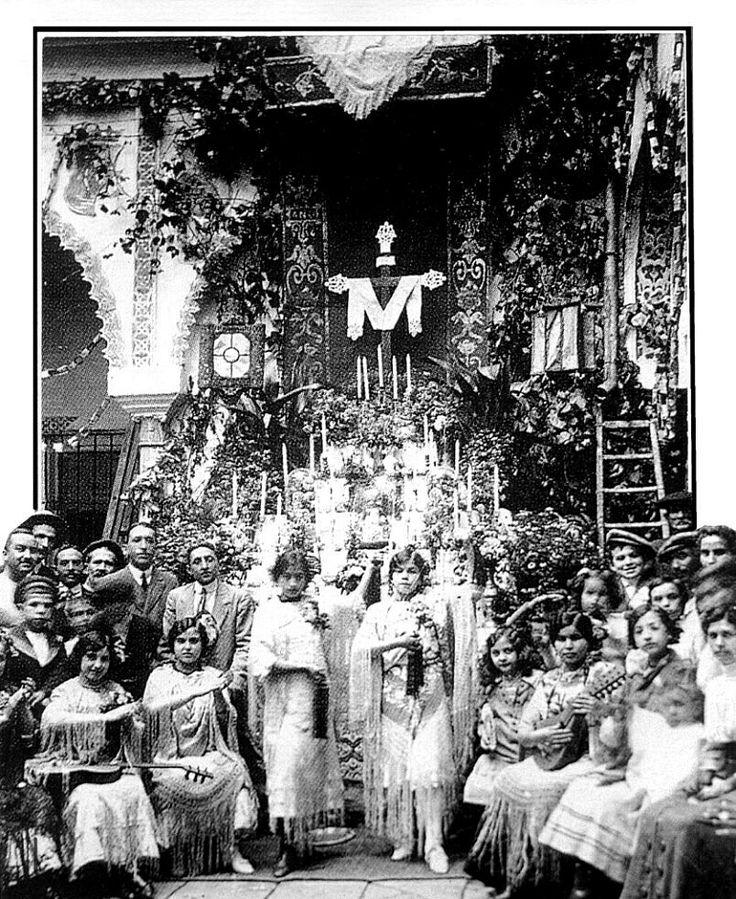 """Un año más hoy día 3 de mayo, al celebrarse la festividad de la Santa Cruz, traemos el recuerdo en el Ayer de Sevilla a aquellas """"Cruces de Mayo"""" que antaño se celebraban en patios y corrales de vecinos, amén de en alguna que otra esquina o rincón del callejero de la bendita ciudad de Sevilla, con gran alborozo de los concurrentes y en especial de la chiquillería, en una celebración entrañable que solía ser puente entre la Feria pasada y un Rocío que ya se atisbaba"""