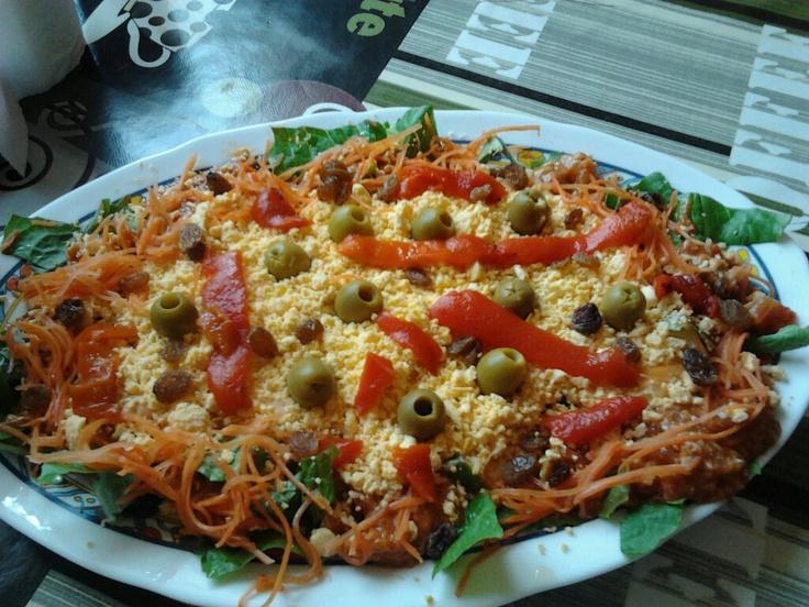 Huevos rellenos; huevos duro, atún, tomates, cebolla,pimiento rojo,zanahoria rallada,lechuga,ulivas rellenas,mahonesa y pasas..