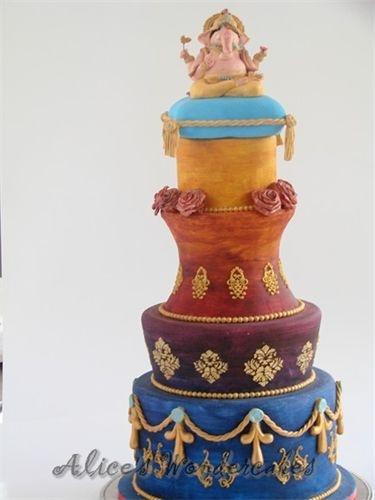 """Mijn eerste wedstrijdtaart. Het thema was """"Bollywood"""". Met deze taart heb ik brons mee gewonnen."""
