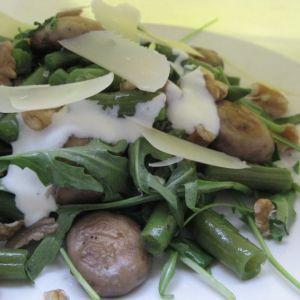 Salata calda de fasole verde cu ciuperci si rucola.  500 gr fasole verde   200 gr ciuperci   2 - 3 maini frunze rucola   4 linguri ulei de masline   4 catei de usturoi   sare, piper, cimbru, nuci, parmezan   pentru sos:   200 ml smantana   2 linguri ulei de masline   2 linguri suc de lamaie   1 lingurita de coaja de lamaie   1 linguta apa, sare, piper