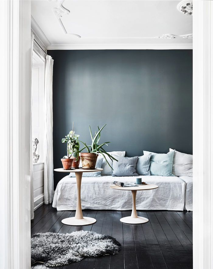 Etonnant Traditional Details On Ceiling // Dark Walls // Linen Sheet Slipcover On  Sofa Layered With Natural Textured Throw Pillows // Round Different Height  Side ...