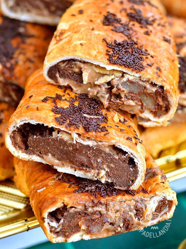 Servite il vostro golosissimo Strudel di cioccolato e pere con una salsina a base di vaniglia o con una crema inglese calda. Sentirete che bontà!