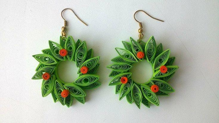 idee regali di natale fai da te, un'idea per lei: degli orecchini creati con dei piccoli rotoli di stoffa verde e rossa