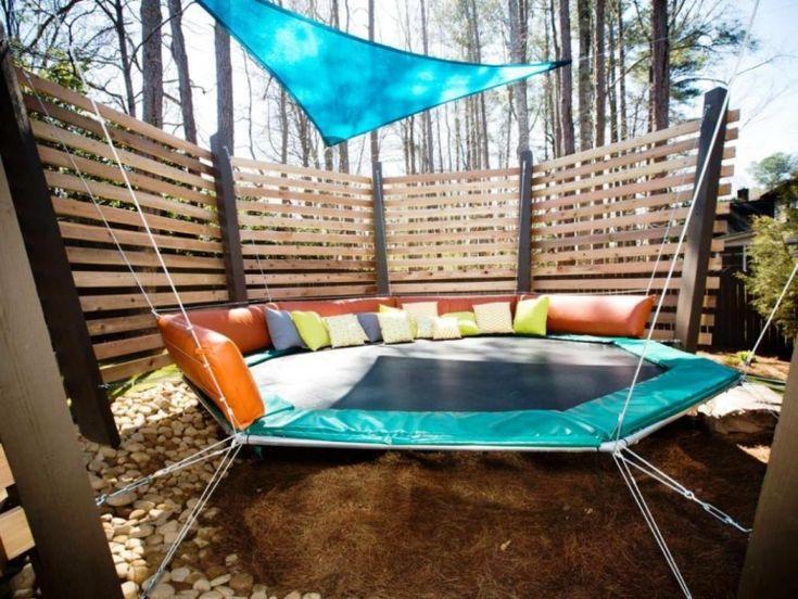 jeux d'enfants en plein air: trampoline avec voile triangulaire